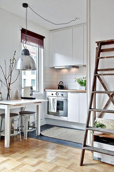 Une cuisine intégrée à la pièce principale et ouverte était la seule option pour ce petit studio. On a assez d'espace pour y installer des rangements et un coin cuisson avec four.