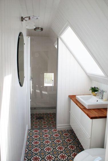 Une petite salle de bain avec des carreaux de ciment
