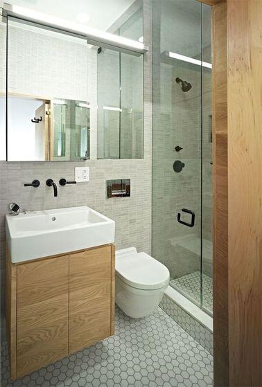 Une petite salle de bain grise qui pousse les murs