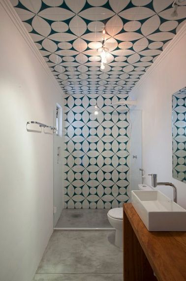 Une petite salle de bain italienne aux lignes géométriques