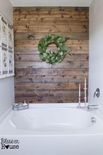 des planches de bois pour refaire un mur de sa salle de bain. Black Bedroom Furniture Sets. Home Design Ideas