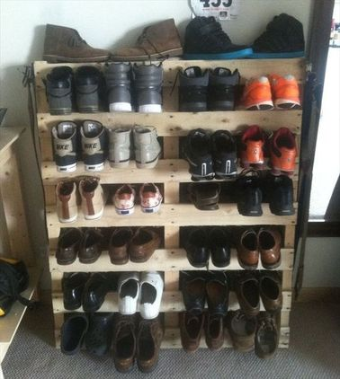 un rangement chaussures avec une palette de r cup. Black Bedroom Furniture Sets. Home Design Ideas
