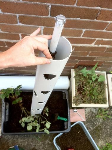 Enfin, pour la dernière étape de ce DIY, emboitez le petit tuyau dans le tube PVC et plantez-les dans la terre. Remplissez les trous avec les pieds de fraisiers et comblez avec du terreau. Le tour est joué !