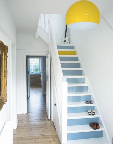 Donnez un coup de frais à la déco des escaliers grâce à un simple coup de peinture lumineuse ! Du blanc, du bleu et une pointe de jaune pour relooker vos escaliers en deux temps trois mouvements pour pas cher