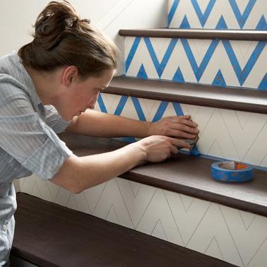 Laissez parler votre esprit créatif et réalisez une jolie frise sur les contre-marches de votre escalier ! Remplissez avec des bandes de masking tape de couleur et le tour est joué, voilà une déco escalier originale et moderne