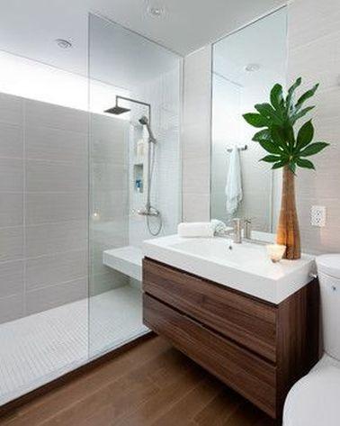Pour refaire une salle de bain italienne, misez sur le sol et le meuble de lavabo. Une finition bois tient bien dans le temps à condition d'aérer correctement la pièce.