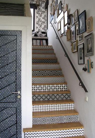 Sublimez la déco de vos escaliers facilement en décorant chaque marche avec du carrelage adhésif ! Une bonne idée pour relooker vos vieux escaliers. Tendance et pas cher !
