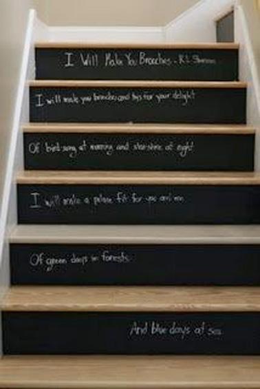 Pour mettre votre petite touche personnelle dans la déco des escaliers, rien de mieux que de peindre les contre-marches avec de la peinture tableau noir ! Une idée de déco facile à réaliser pour des escaliers hyper tendances