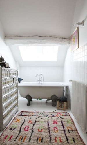 Une salle de bain sous comble avec une d co ethnique for Deco salle de bain sous comble