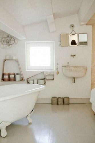 une salle de bain de maison de vacances sous comble. Black Bedroom Furniture Sets. Home Design Ideas