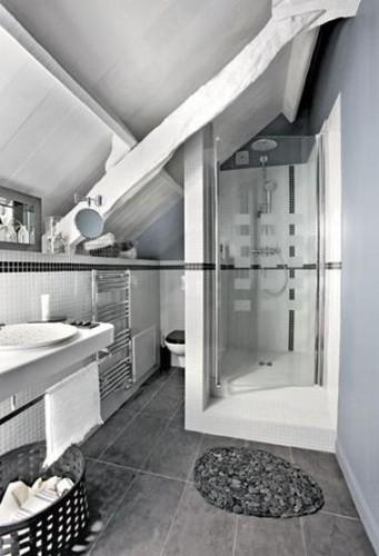 Une salle de bain sous comble grise et blanche - Deco salle de bain blanche ...