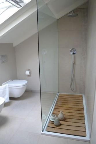 Une salle de bain sous comble grise et lumineuse for Salle bain sous comble