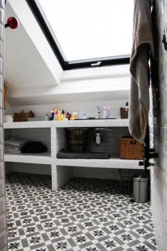 Une salle de bain sous pente avec du carrelage m tro for Deco salle de bain sous pente