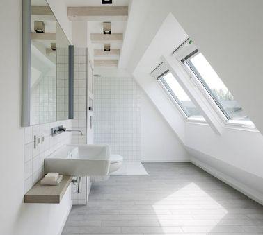 Une salle de bain sous pente minimaliste et blanche Salle de bain sous pente