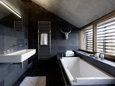 une salle de bain sous pente spacieuse gris anthracite. Black Bedroom Furniture Sets. Home Design Ideas