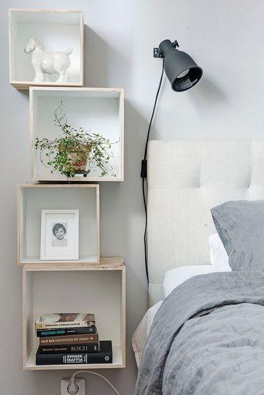 La déco de la chambre tient à quelques détails funs comme cette table de chevet étagère, pour exposer des objets déco ou bien un cadre photo pas trop lourds.