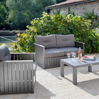 Sur la terrasse on aménage un salon de jardin accueillant et confortable pour faire des apéros à l'extérieur pendant tout l'été ! Une déco terrasse simple mais tendance