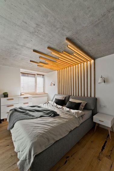 Une tête de lit design en bois dans une chambre grise