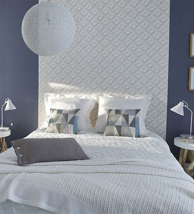 Une tête de lit facile avec deux lais de papier peint