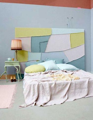 Une tête de lit façon patchwork dans une chambre pastel