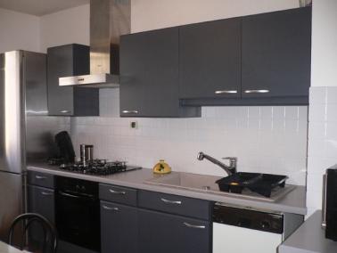 La peinture carrelage est la clé d'un home staging cuisine efficace. Carrelage et portes de placards repeints de couleur neutre, plan de travail dégagé et on se projette dans la cuisine.