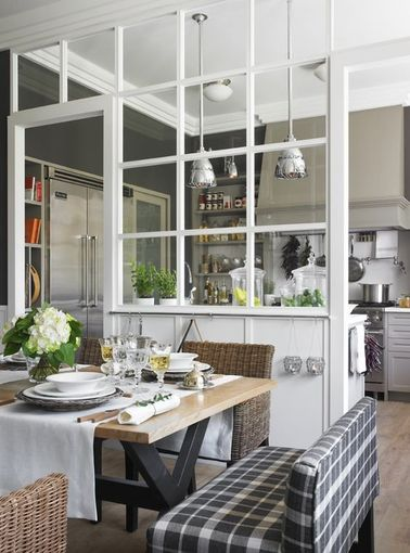 Cette verrière d'intérieur est assez présente dans ce coin repas mais la légèreté des vitres carrées n'alourdit pas la décoration. On peut toujours y garder un œil sur la cuisine!