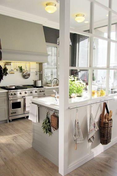 Pour une pose de verrière d'intérieur réussie, vous pouvez opter pour des montants en bois peints de la couleur de votre choix, ici en blanc pour la fondre au décor.
