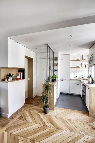 Il faut installer une cuisine ouverte quand on dispose de trop peu d'espace dans un appartement : celle-ci repousse les murs et évite de compartimenter l'espace à l'excès.