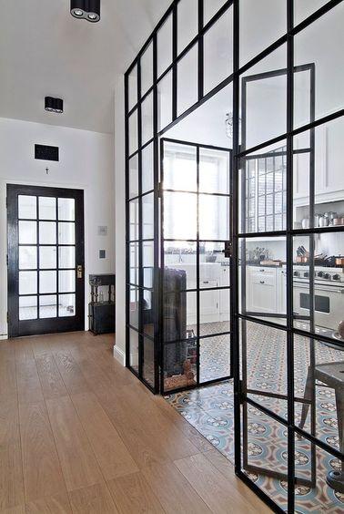 Une verrière intérieure dans la cuisine peut être composée de différentes vitres rectangulaires ou carrées comme ici. Ajoutez aussi un sous-bassement pour une personnalisation totale!