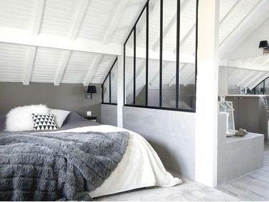 Une verrière intérieure sépare une chambre sous combles