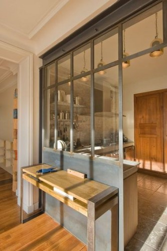 Une verri re int rieure au style industriel dans la cuisine for Verriere style industriel