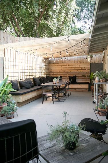 Le patio c'est l'endroit rêvé pour aménager une belle terrasse afin de se relaxer à l'extérieur dès les premiers rayons de soleil. Voilà une terrasse spacieuse pour inviter ses amis en toute tranquillité