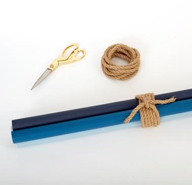 Pour la dernière étape de ce DIY, attachez les quatre baguettes entre elles avec de la corde naturelle et écartez-les pour maintenir le tout à la verticale. Et voilà un porte manteau hyper déco pour le hall d'entrée