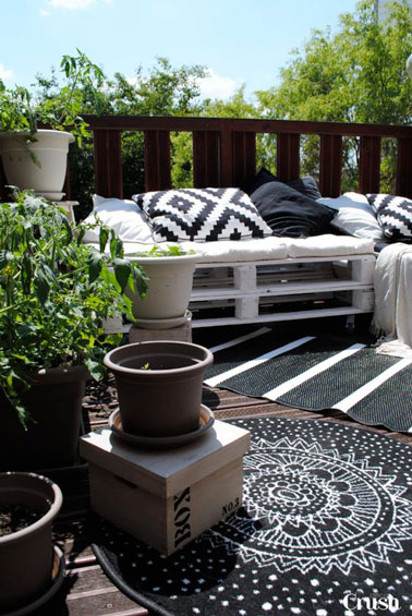 un canap en palette peint en blanc en d co terrasse. Black Bedroom Furniture Sets. Home Design Ideas