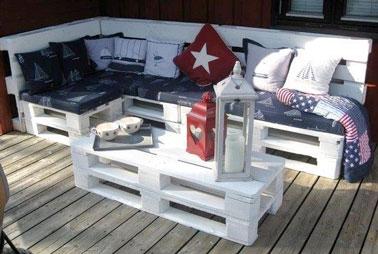 Le canapé et sa table basse palette font la déco sur la terrasse en bois pour un espace convivial à l'extérieur. Un aménagement facile à réaliser en empilant les palettes