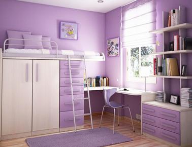 En voilà une déco très girly dans cette chambre ado fille de couleur parme avec un coin bureau pour étudier, des rangements pratiques et un lit en mezzanine !