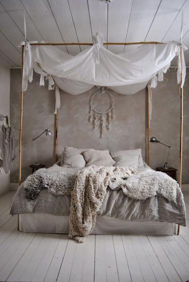 Voilà un lit dans lequel on passerai des heures à se reposer ! Le ciel de lit et le dessus de lit douillet font la déco dans cette chambre taupe où un attrape-rêve trône fièrement