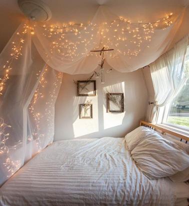 Voilà une déco féérique dans la chambre ! Le ciel de lit s'illumine d'étoiles grâces à des guirlandes lumineuses. Une bonne idée déco pour une ambiance scintillante assurée