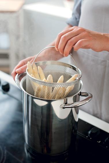 Si vous aimez les asperges, voici un accessoire malin indispensable dans la cuisine pour cuire parfaitement ce légume de printemps très délicat sans l'abîmer