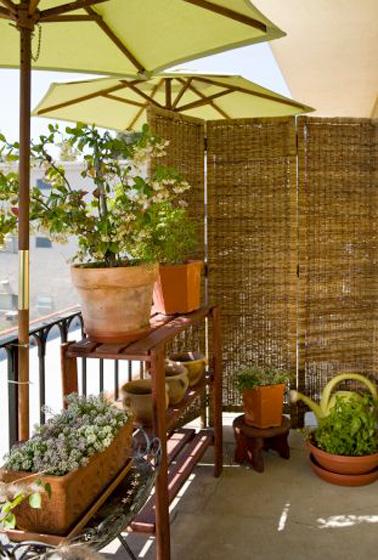 Le paravent, une bonne idée pour séparer son balcon du vis à vis du balcon des voisins. Des parasols, des plantes vertes déposées en hauteur et voilà un balcon qui sait préserver votre intimité
