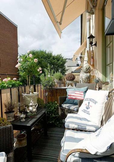 Un brise vue en toile tout au long de la rambarde, en voilà une idée astucieuse pour se protéger efficacement du vis à vis afin de profiter pleinement du soleil et du balcon !