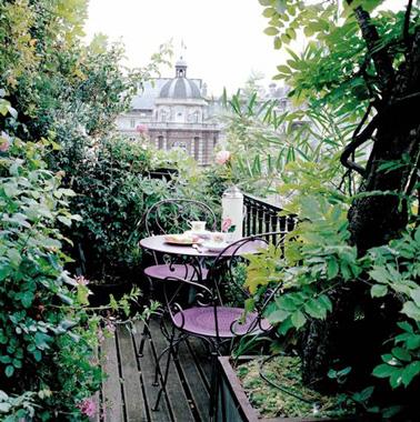 Une déco idéale si vous souhaitez aménager un balcon romantique à l'abris des regards grâce à des nombreuses plantes pour partager des repas en toute tranquillité