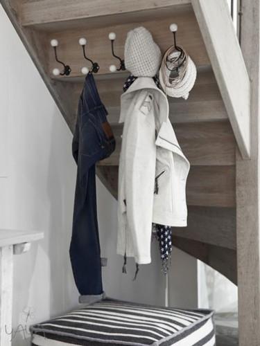 installer un porte manteau dans l 39 entr e sous l 39 escalier. Black Bedroom Furniture Sets. Home Design Ideas