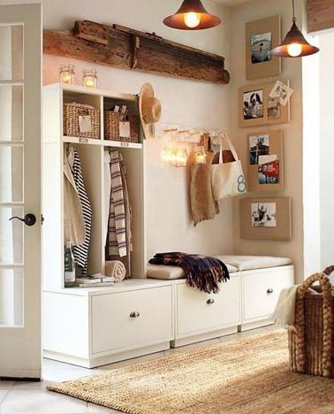 Ce meuble de rangement dans l'entrée est judicieusement installé. Un meuble pratique et ultra déco qui se marie parfaitement avec les tons naturels de la pièce