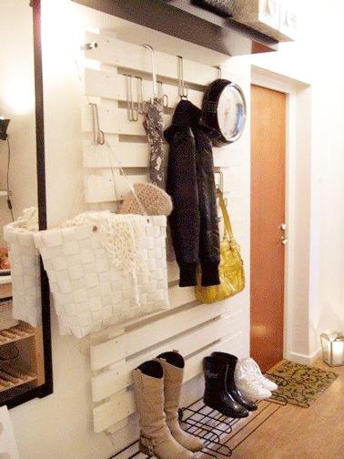 Voilà un espace de rangement futé et original ! Pour combiner pratique et esthétique, la palette bois se transforme en penderie dans la déco de cette entrée.