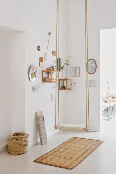 L'originalité est au rendez-vous dans l'entrée de cette maison avec une balançoire suspendue au milieu de la pièce ! Une déco charmante aux couleurs naturelles