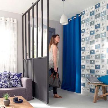 La cloison amovible c'est la solution tendance pour délimiter les espaces ! Voilà un petit hall d'entrée bleu roi ultra déco séparé du salon par une cloison amovible
