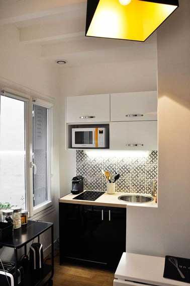 Pour optimiser l'ambiance déco d'une petite cuisine, mettre les couleurs en contraste a pour effet de l'agrandir. par exemple, des meubles noir et blanc avec une crédence adhésive en inox brillant et une touche de jaune