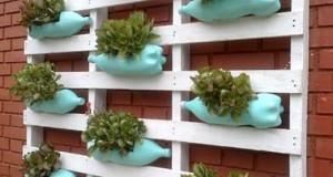Pour embellir le jardin, voilà un DIY déco facile à réaliser avec des bouteilles plastique pour un jardin suspendu original et une déco extérieur fleurie