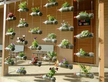 Jardin suspendu en bouteilles de r cup pour la d co ext rieur for Deco jardin recup
